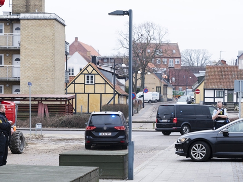 En eskorte af biler med tonede ruder forlod tirsdag eftermiddag Retten i Holbæk, hvor seks personer fik forlænget varetægtsfængslingen af dem i tre uger. De er sigtet i en sag, der handler om terror. Den præcise sigtelse er dog ikke oplyst.