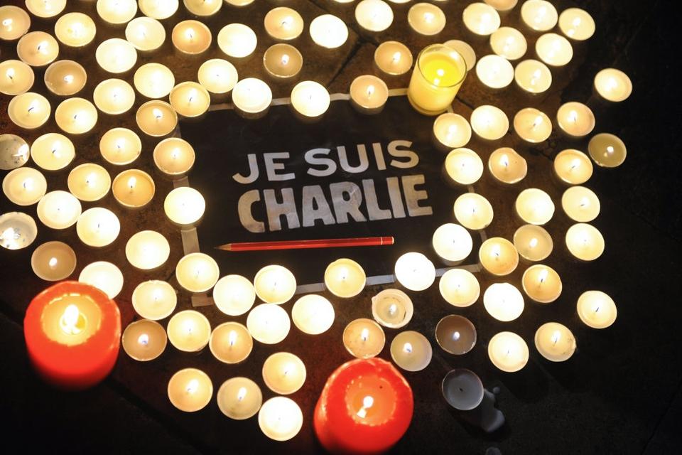 """I tiden efter angrebet på Charlie Hebdo kunne der ses støtteerklæringer til satiremagasinet i form af blandt andet skilte med budskabet """"Je suis Charlie"""" (Jeg er Charlie, red.). (Arkivfoto)"""