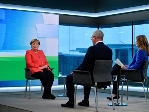 """Den tyske forbundskansler Angela Merkel, der her ses inden et et tv-interview torsdag, betegner det amerikanske samfund som """"meget polariseret"""" i en kommentar til de aktuelle protester i USA."""