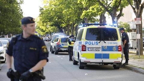 I Sverige sker 8 ud af 10 skuddrab i kriminelle miljøer. Her fra en episode i juni 2019 i Sollentuna nord for Stockholm, hvor en 17-årig blev dræbt og en 23-årig hårdt såret af skud. Ifølge politiet var det et opgør i bandemiljøet.