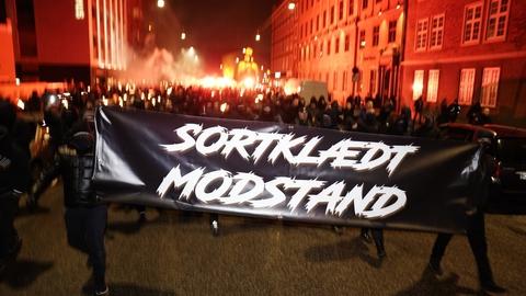 Demonstranter bevæger sig ind mod centrum af København lørdag aften, hvor der demonstreres mod coronarestriktioner.