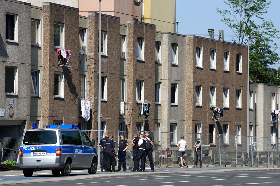 21 June 2020, Lower Saxony, Göttingen: Police forces are standing in front of a quarantined apartment building. After riots on 20.06.2020 the situation on the spot has eased. The city administration had quarantined the whole residential complex on Groner Landstrasse to contain the coronavirus. (Foto: Swen Pförtner/DPA/Ritzau Scanpix)