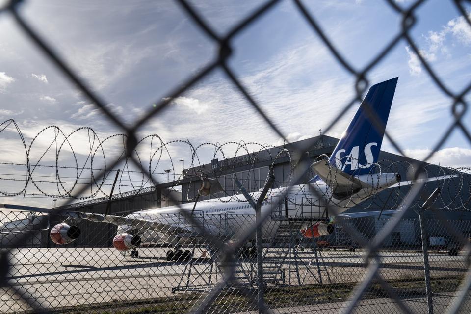 Hen over weekenden har SAS indgået aftale med en række fagforeninger om midlertid løn- og pensionsnedgang. Mange af selskabets fly er parkeret i Københavns Lufthavn. (Arkivfoto).