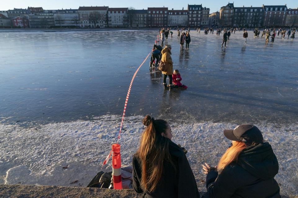 En afspærring markerer, hvor man må færdes på Søerne i København.