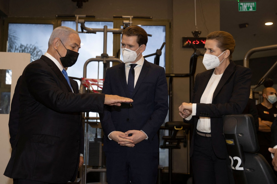 Mette Frederiksen mødtes tidligere på ugen med Israels premierminister, Benjamin Netanyahu (til venstre), og Østrigs kansler, Sebastian Kurz (til højre). Her blev der åbnet op for et samarbejde om vaccineproduktion.