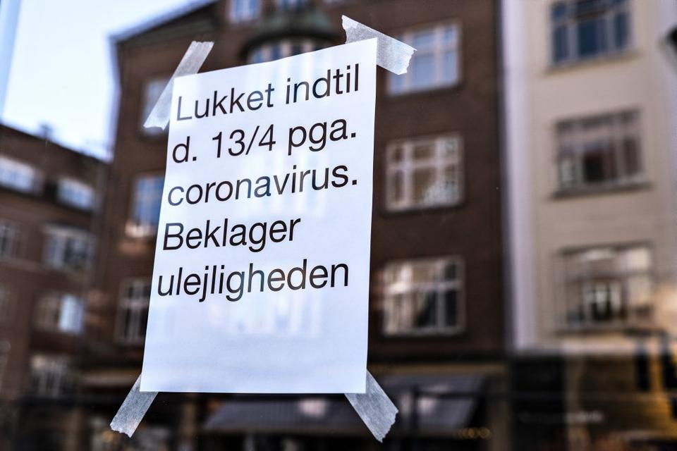 Selvom de danske butikker måske kan gå og drømme om at åben igen, betyder det mindre, hvis forbrugerne ikke tør bruge deres penge, lyder det fra økonomer efter forbrugertilliden er gået i sort. (Arkivfoto)