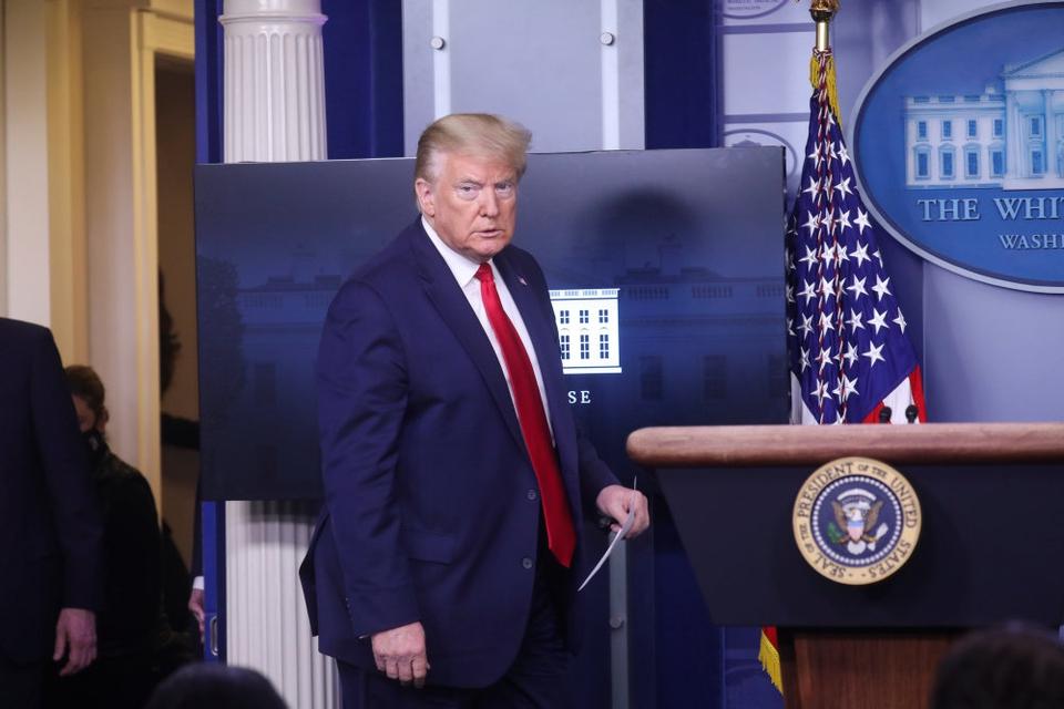 Med tre kvarters forsinkelse ankom præsident Donald Trump til fredagens pressemøde i Det Hvide Hus. Han forlod podiet igen efter en kort meddelelse om, at gudstjenester igen bør være tilladt allerede fra denne weekend.