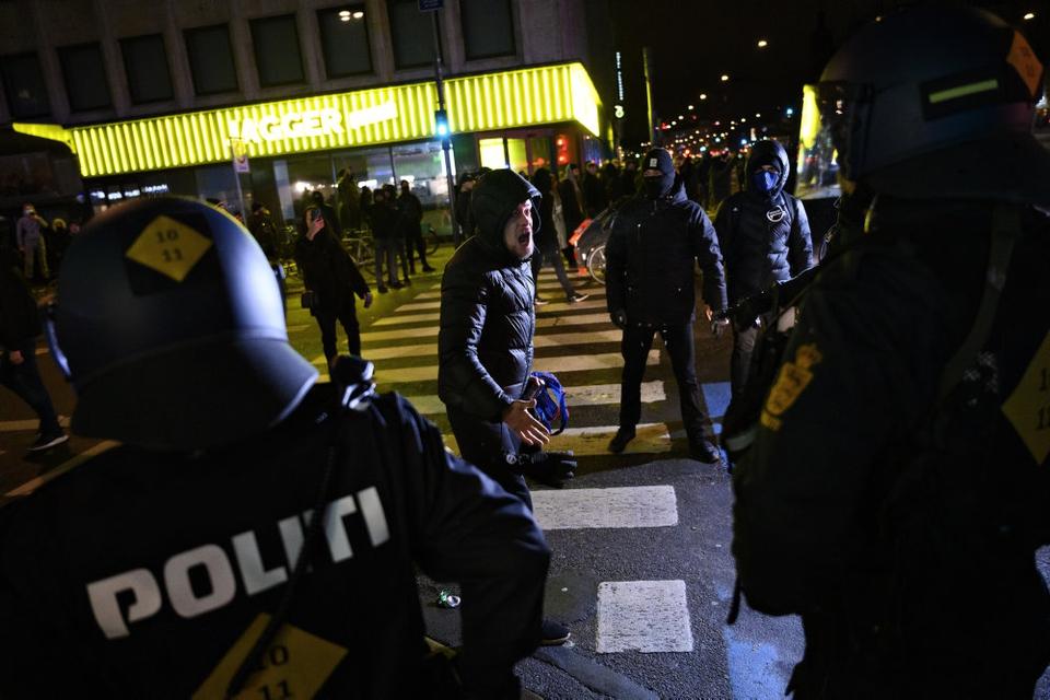 """""""Frihed for Danmark - vi har fået nok"""" blev der råbt fra deltagerne i demonstrationen lørdag aften i København."""