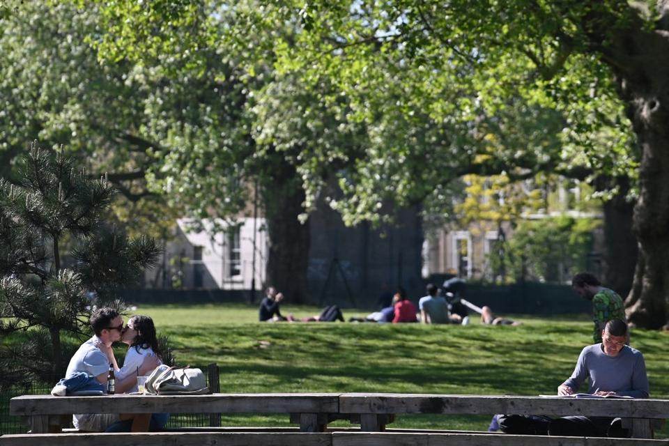 """""""Bliv hjemme og red liv"""", lyder et af den britiske regerings nøglebudskaber under coronakrisen. Her ses folk nyde foråret i en park i London i slutningen af april. (Arkivfoto)."""