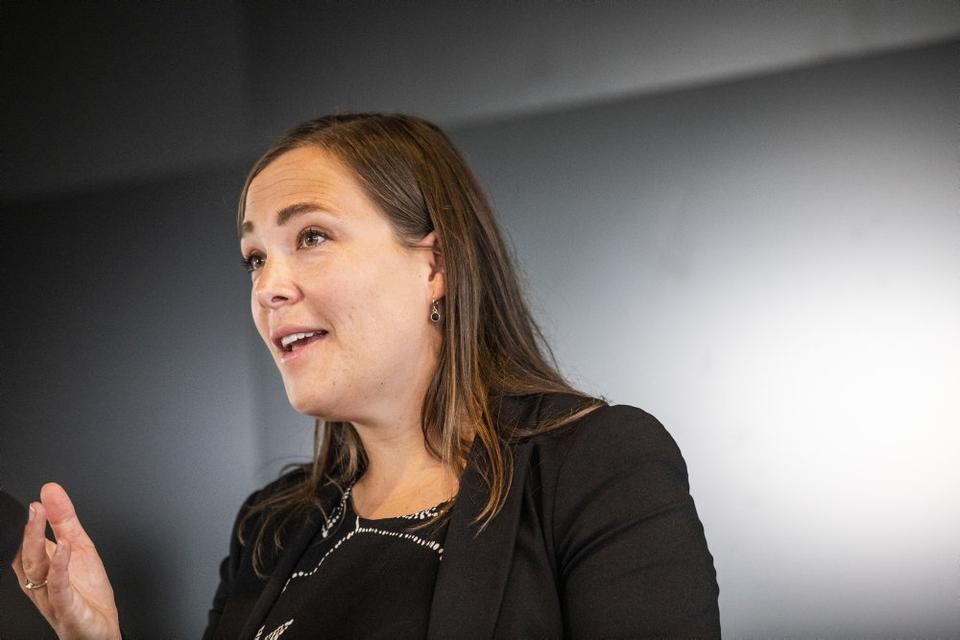"""Social- og indenrigsminister Astrid Krag (S) er """"meget enig"""" med Mette Frederiksen i forhold til ambition om flere adoptioner og tidligere anbringelser."""