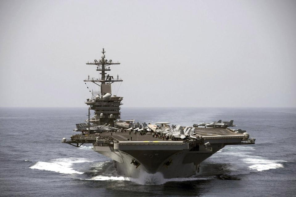 """Hangarskibet """"Theodore Roosevelt"""" anfører en amerikansk flådestyrke, der i weekenden er sejlet ind i Det Sydkinesiske Hav, mens spændingernen mellem Kina og Taiwan stiger. (Arkivfoto)"""