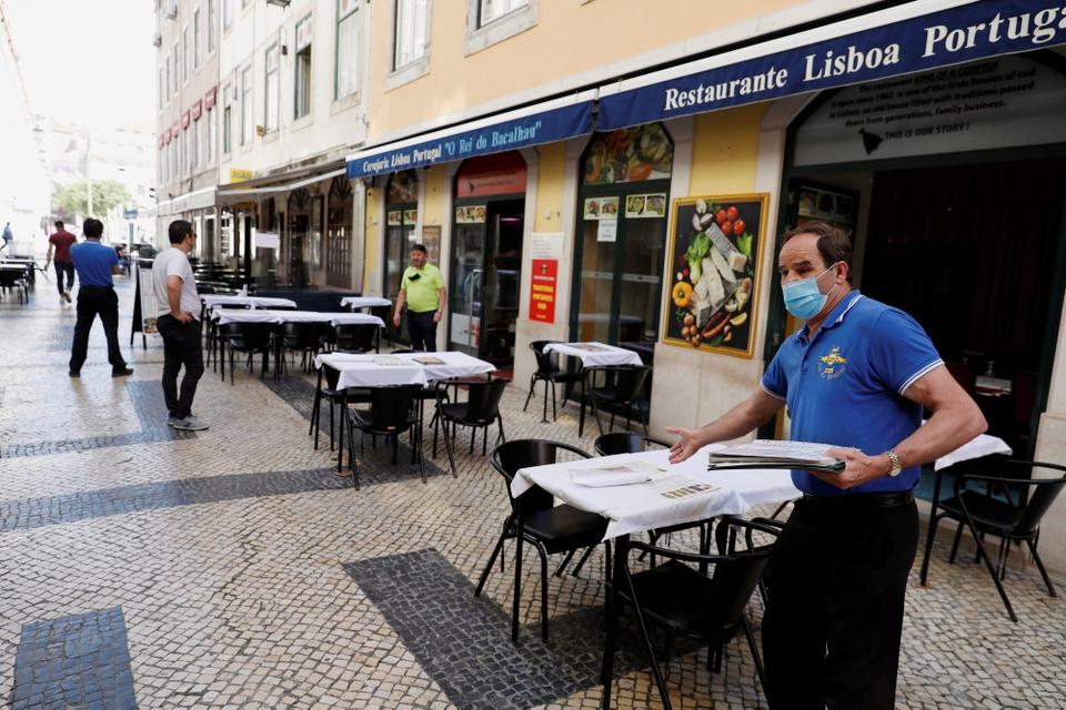 Der registreres i disse dage et par hundrede nye smittetilfælde dagligt i området omkring den portugisiske hovedstad, Lissabon, skriver nyhedsbureauet Reuters. Det får nu landets myndigheder til at slå alarm og genindføre corona-restriktioner i Lissabon. (Arkivfoto)