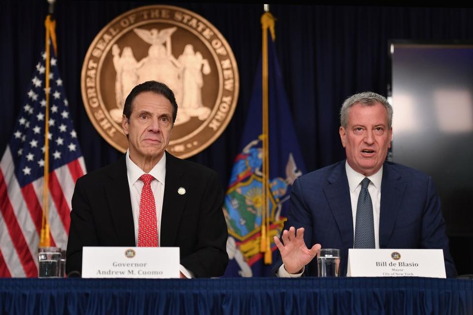 New Yorks borgmester, Bill de Blasio (th), vil have undersøgt, om anklager om seksuelle krænkelser rettet mod delstatens guvernør, Andrew Cuomo (tv), er sande.