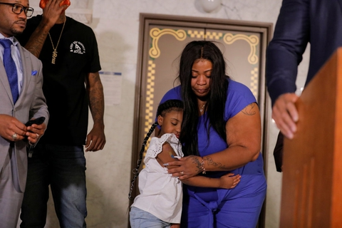 George Floyds seksårige datter, Gianna, omfavner sin mor, Roxie Washington, under et pressemøde på rådhuset i Minneapolis tirsdag.