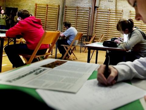 Eksamen for de ældste elever i folkeskolen bliver aflyst i år og i stedet erstattet af årskarakterer.