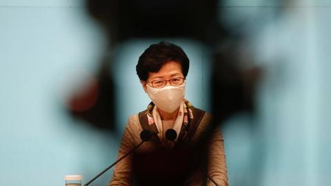 Hongkongs leder, Carrie Lam, beskylder på et pressemøde tirsdag USA for at benytte sig af dobbeltstandarder i forhold til magtanvendelse over for demonstranter.