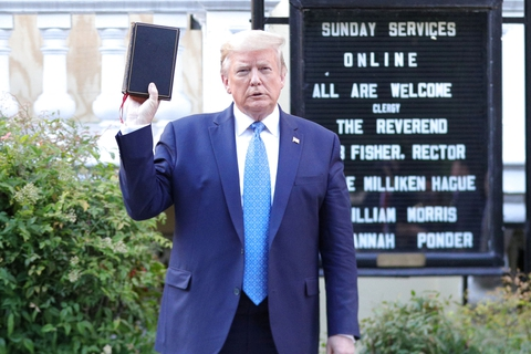 Præsident Donald Trump poserede mandag med en bibel i hånden for pressen foran St. John's Episcopal Church i Washington D.C. (Foto: Tom Brenner/Reuters/Ritzau Scanpix)