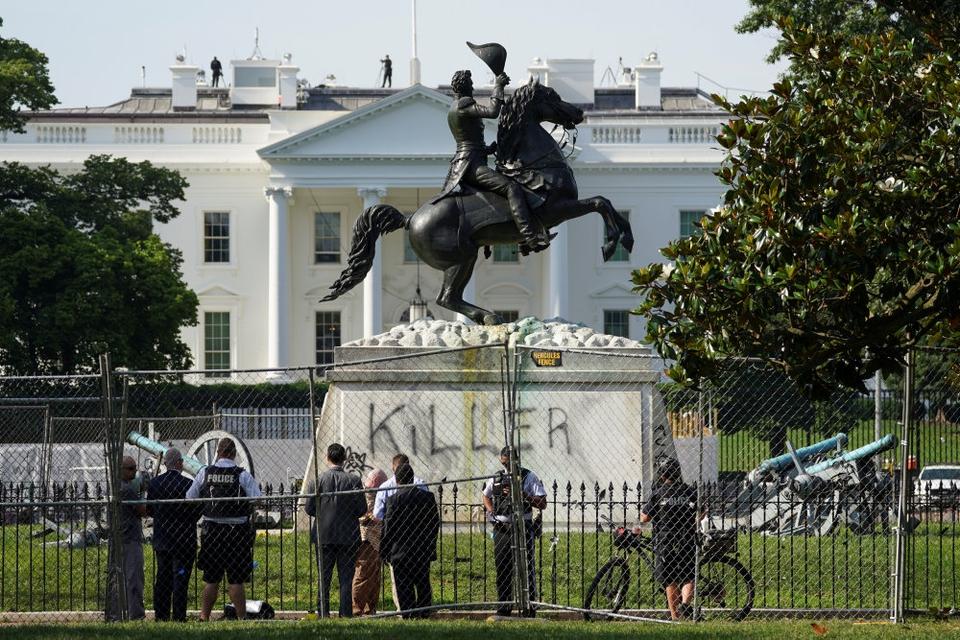 """Ukendte gerningsmand har skrevet """"Morder"""" på statuen af tidligere præsident og slavehandler Andrew Jackson foran Det Hvide Hus. Mandag forsøgte demonstranter uden held at rive statuen ned."""