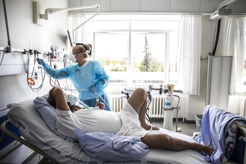 Covid-19 patient Salim Aladdin på 54 år er i genoptræning med fysioterapeut Caroline Baunsøe Nielsen på lungemedicinsk afdeling på Bispebjerg Hospital i København torsdag den 7. maj 2020. (Foto: Ólafur Steinar Gestsson/Ritzau Scanpix)