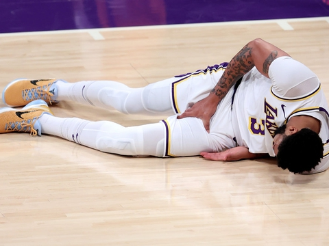 Los Angeles Lakers' nummer tre, Anthony Davis, måtte forlade banen i Staples Center søndag eftermiddag lokal tid med en lyskeskade.
