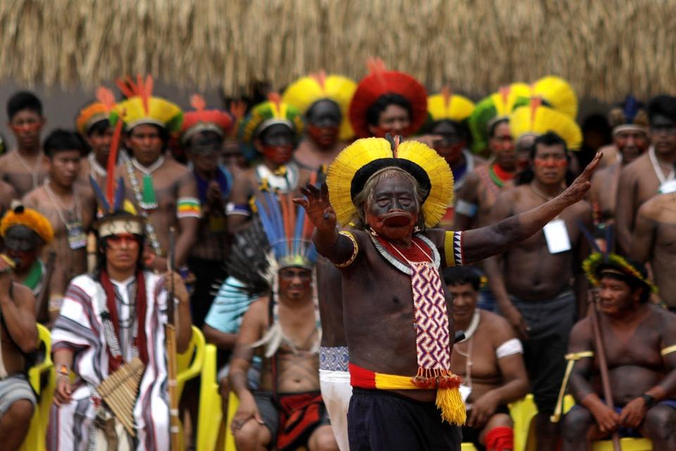 Brasiliens oprindelige folk vil sagsøge landets præsident for at komme med racsitiske kommentarer. Her ses Cacique Raoni, der er leder af stammen Kayapo, da han holdt tale under en ceremoni nær Sao Jose do Xingu tidligere i januar.