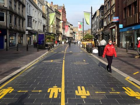 Der er indført en lang række coronatiltag i Wales. Her er det en gågade i Cardiff, der er delt op for at sikre afstand mellem folk. (Arkivfoto).