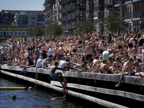 Bade- og solgæster nyder sommervejret ved Nordhavn mandag 1. juni.