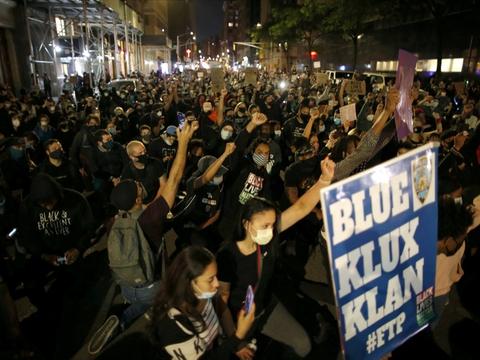 Sagen om George Floyd har ført til store demonstrationer rundt om i USA, hvor mange tusinde borgere protesterer over politivold mod sorte. Her er det på Manhatten i New York City i weekenden.