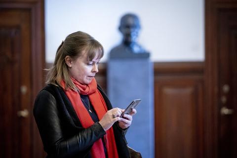Kulturminister Joy Mogensen (S) kan i marts ikke forudse, hvad kulturen i sommeren 2021 kan regne med grundet coronakrisen, siger hun på et samråd.