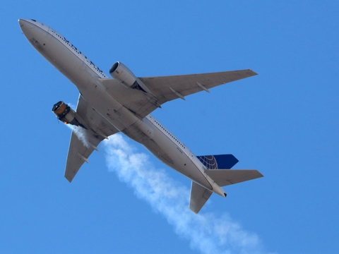 Et Boeing 777 fra selskabet United Airlnes med 231 passager om bord måtte lørdag 20. februar nødlande i Denver i Colorado, kort efter det var lettet fra samme lufthavn. På billedet ses tydeligt, at der er brand i højre motor, og kort efter tabte flyet denne motordel.