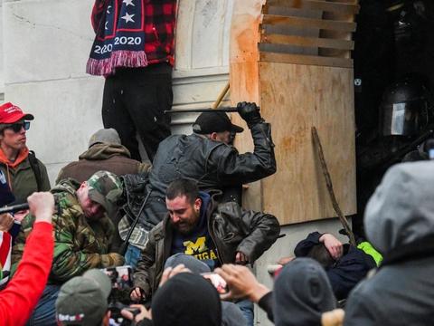 Urostiftere forsøger at komme ind i USA's Kongres under de dødelige uroligheder 6. januar. (Arkivfoto)