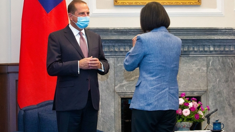 Taiwans President Tsai Ing-wen (R) gestures to US Secretary of Health and Human Services Alex Azar during his visit to the Presidential Office in Taipei on August 10, 2020. (Foto: Pei Chen/AFP/Ritzau Scanpix)