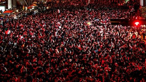 Pro-demokratiske demonstranter er forsamlet i titusindvis i Bangkok i protest over den thailandske regerings forsamlingsforbud, der er blevet indført som et forsøg på at kvæle protester i landet.