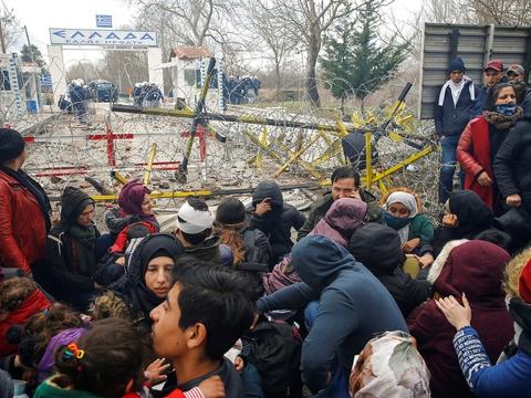 I øjeblikket er en ny flygtningekrise under opsejling ved den græske grænse. Her ses migranter ved grænsen mellem Grækenland og Tyrkiet. (Foto: Huseyin Aldemir/Reuters/Ritzau Scanpix)