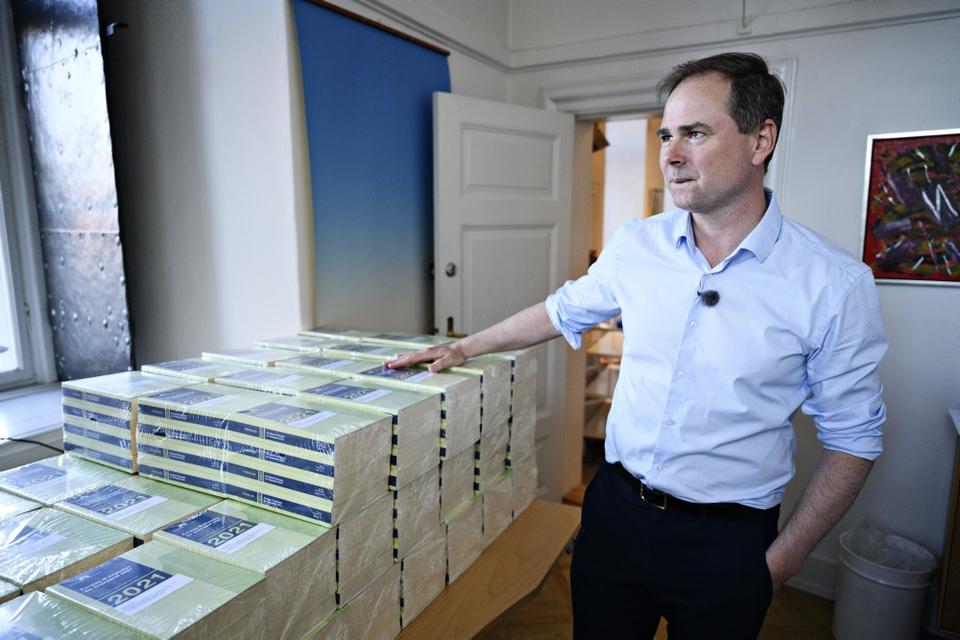 Finansminister Nicolai Wammen (S) var søndag aften med til at bære nogle af de trykte eksemplarer af regeringens forslag til næste års finanslov ind i Finansministeriet. Regeringen planlægger at køre med det højst tilladte underskud på de offentlige finanser næste år, fordi coronakrisen har taget en stor bid af Danmarks økonomi.