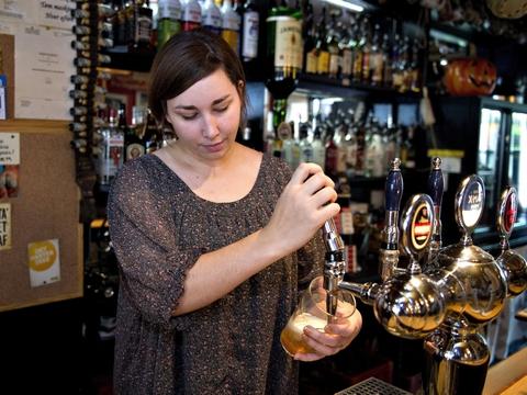 Danskernes forbrug med dankort og MobilePay er faldet med 40 procent på barer og op til 25 procent på restauranter, efter at der er blevet indført nye restriktioner, som begrænser restaurationernes åbningstid. (Arkivfoto)