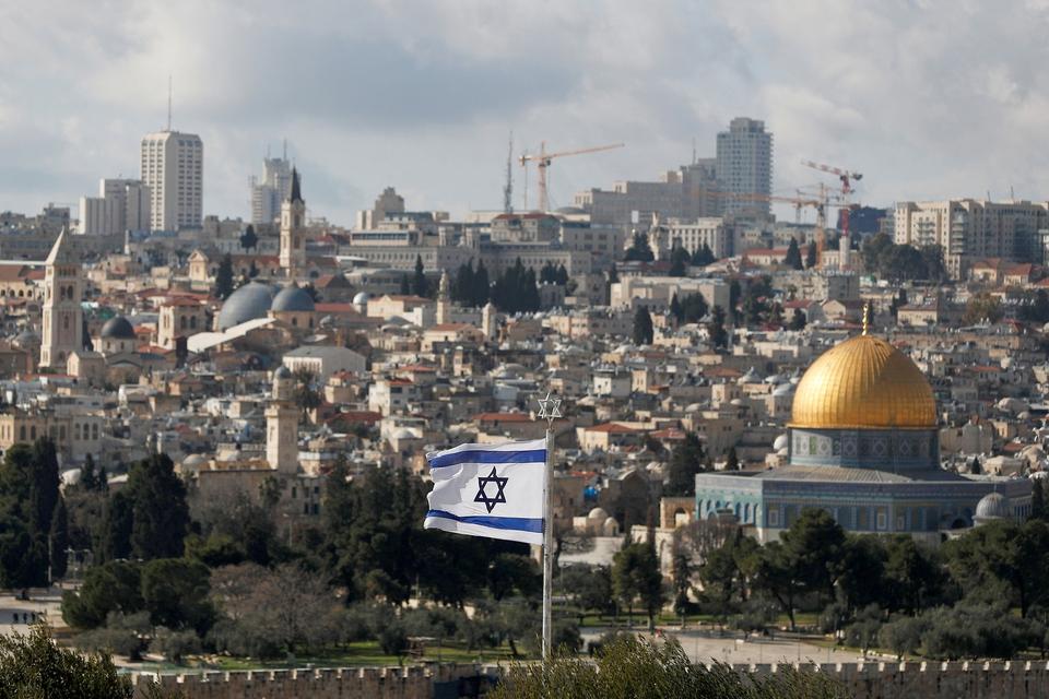 Det israelske flag med den gamle del af Jerusalem, Israels hovedstad, i baggrunden. Det er her, Islamisk Stat fremover vil gå efter at begå terrorangreb. (Foto: Ammar Awad/Reuters/Ritzau Scanpix)