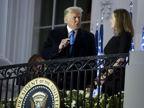USA's præsident, Donald Trump, står sammen med Amy Coney Barrett, efter at hun ved en ceremoni i Det Hvide Hus er taget i ed som ny dommer ved højesteret.