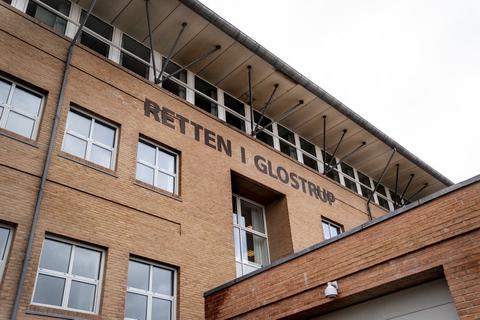 Retten i Glostrup behandler over to dage en sag om mishandling, trusler og voldtægt. En 25-årig mand er tiltalt for blandt andet at have trampet en kvinde i hovedet samt truet med at slå hende ihjel.