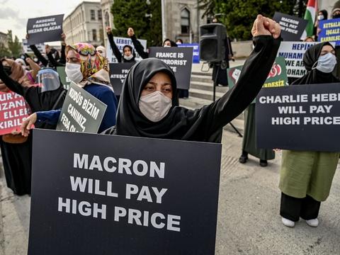Demonstranter er søndag gået på gaden i Istanbul, efter det franske magasin Charlie Hebdo har trykt Muhammed-tegninger.