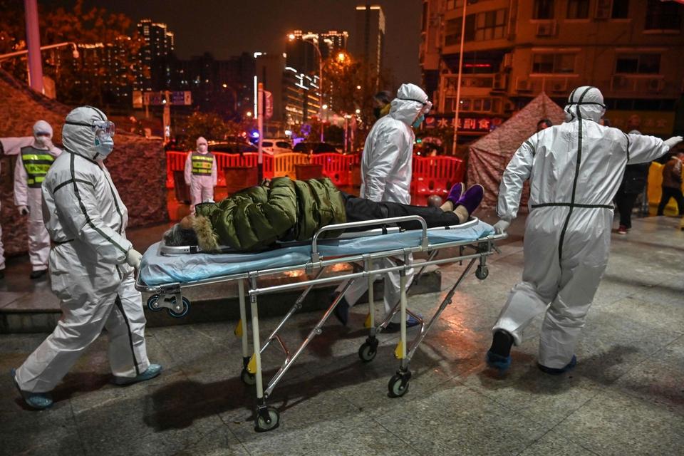 For første gang er der konstateret coronavirus i Tyskland. Virusset, der stammer fra Kina, har allerede taget mange liv. På billedet ses en patient på vej ind i et hospital i den kinesiske by Wuhan. (Foto: Hector Retamal/AFP/Ritzau Scanpix)