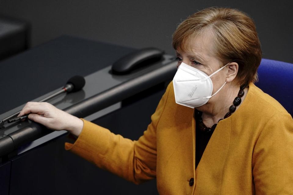 Forbundskansler Angela Merkel fortryder onsdag, at hun har beordret butikker lukket alle dage i påskeferien for at bremse smitten med covid-19.