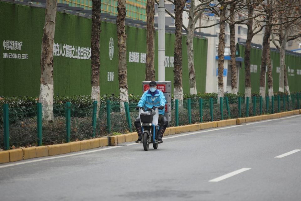 Gaderne i den kinesiske millionby Wuhan ligger stort set øde som følge af udbruddet af coronavirus.