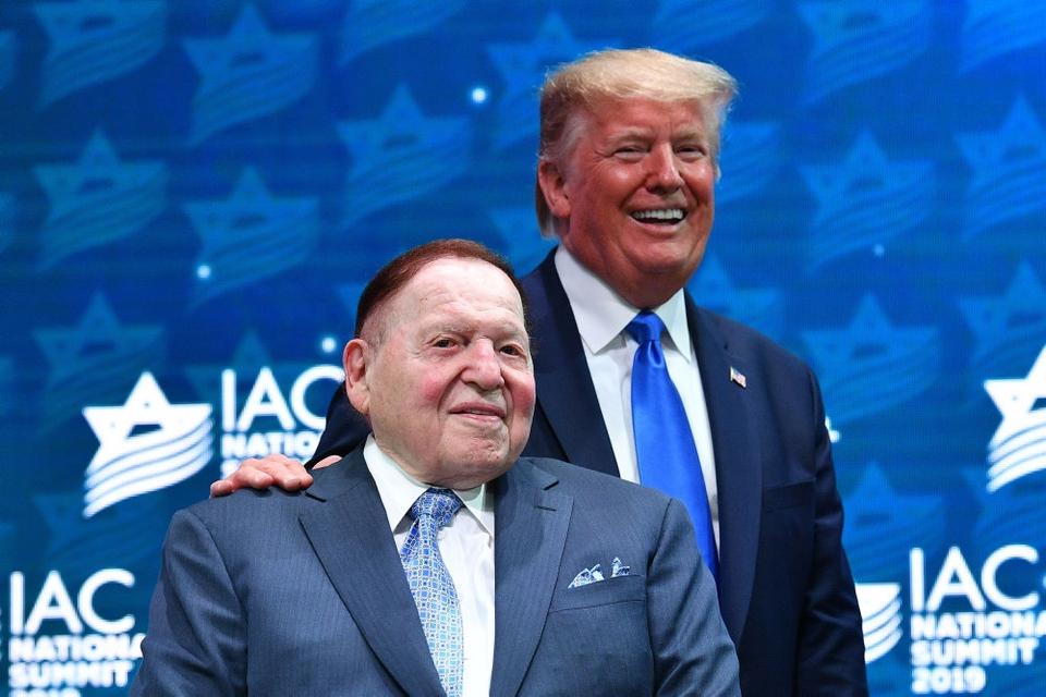 Så gode venner var de - milliardæren Sheldon Adelson og præsident Donlad Trump. Her under et landmøde i Israeli Amrican Council i december 2019.