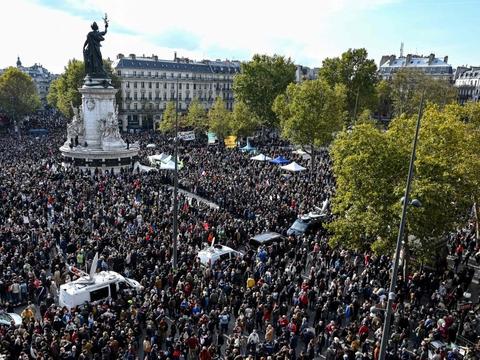 Arkivfoto fra 1, oktober sidste år, hvor mange tusinde demonstranter var samlet på Place de la République i Paris for mindes skolelæreren Samuel Paty, som to dage tidligere blev halshugget af en islamistisk mand. Flere unge muslimske skoleelver udpegede skolelæreren for gerningsmanden.