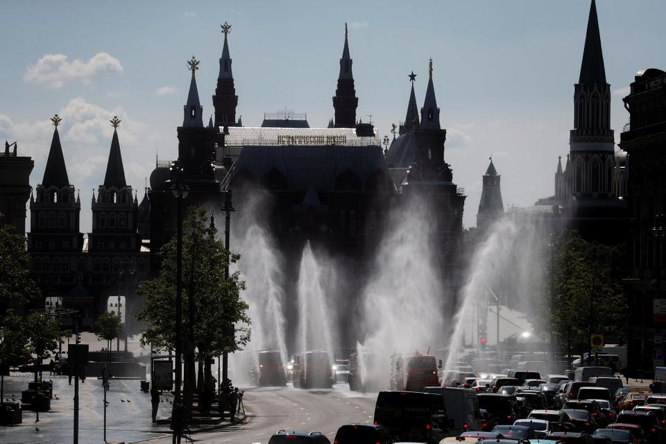 Biler med desinficerende spray rengør gaderne i Moskva 28. maj.