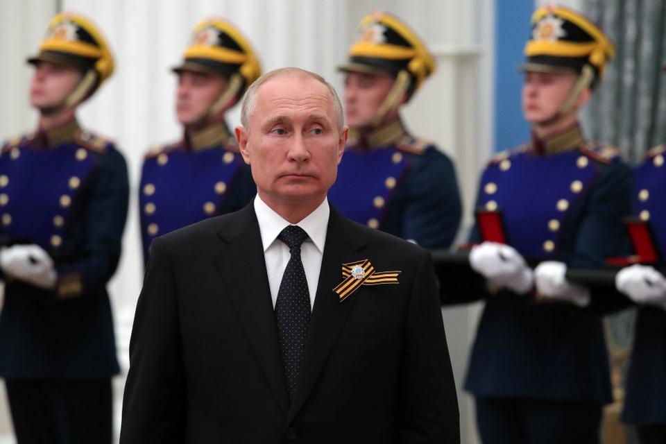 Rusland har torsdag taget hul på en syv dage lang folkeafstemning om gennemgribende reformer af landets forfatning. De kan bane vej for, at præsident Vladimir Putin bliver ved magten i endnu 16 år, hvis han genvælges.