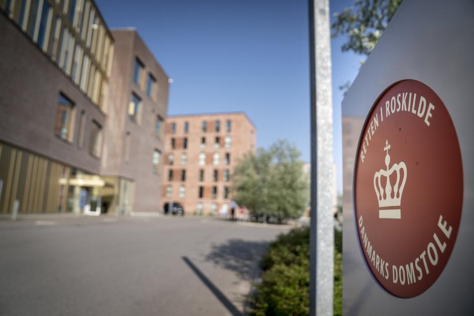 Den 27-årige kvinde som søndag blev sigtet for drab på en 61-årig mand bliver mandag eftermiddag klokken 13.45 fremstillet i grundlovsforhør ved Retten i Roskilde.