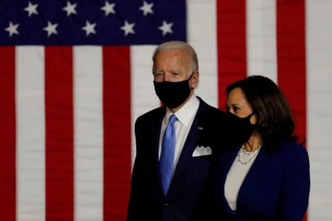 Både Joe Biden og Kamala Harris var iført sorte mundbind, da de sammen indtog scenen for første gang i Wilmington i delstaten Delaware sent onsdag aften dansk tid.