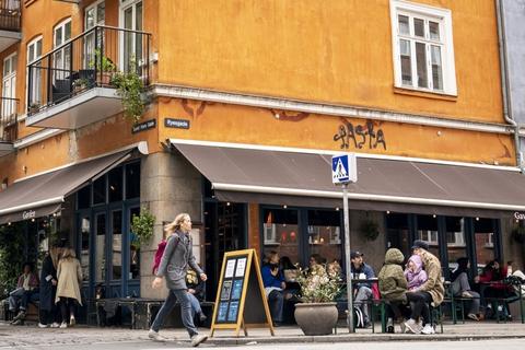 Mange danskere holder ferie i Danmark på grund af coronakrisen, og lægger dermed flere penge hos danske restauranter og butikker. (Arkivfoto)